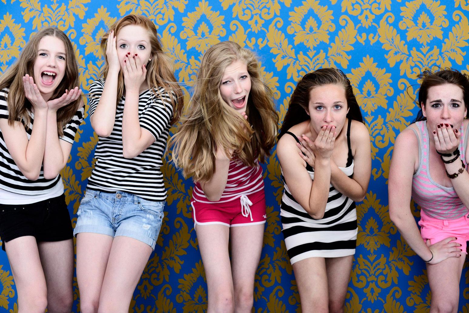 Mädchen vor Tapete aufgeregt
