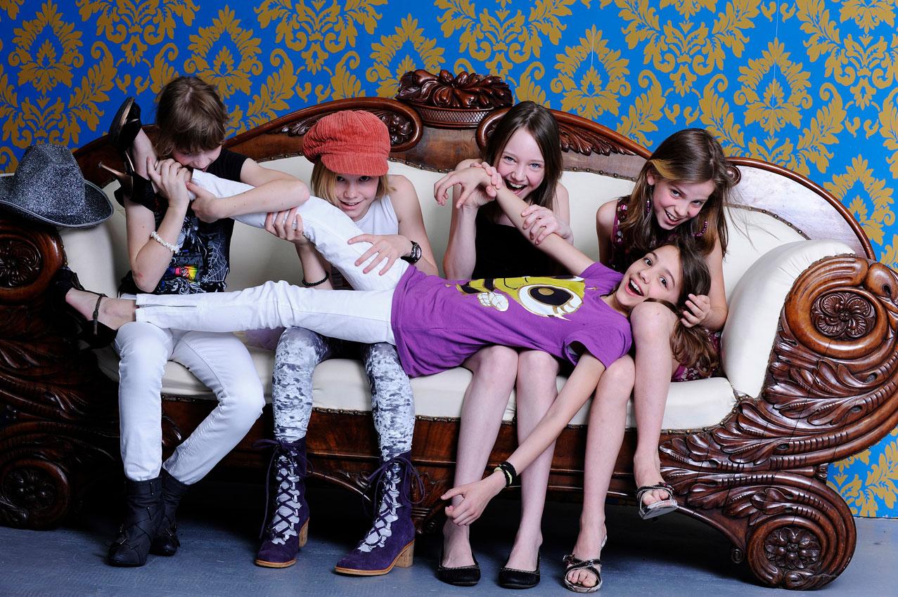 Mädchen Couch Anbeißen