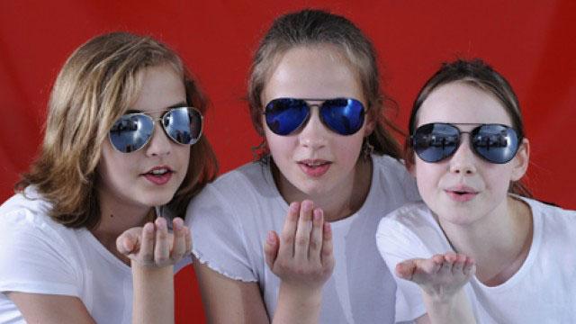 Mädchen roter Hintergrund Luftküsse