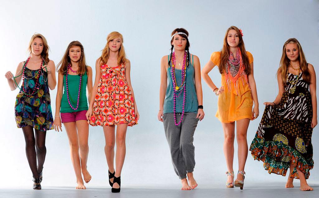 Vier Mädchen im Hippielook