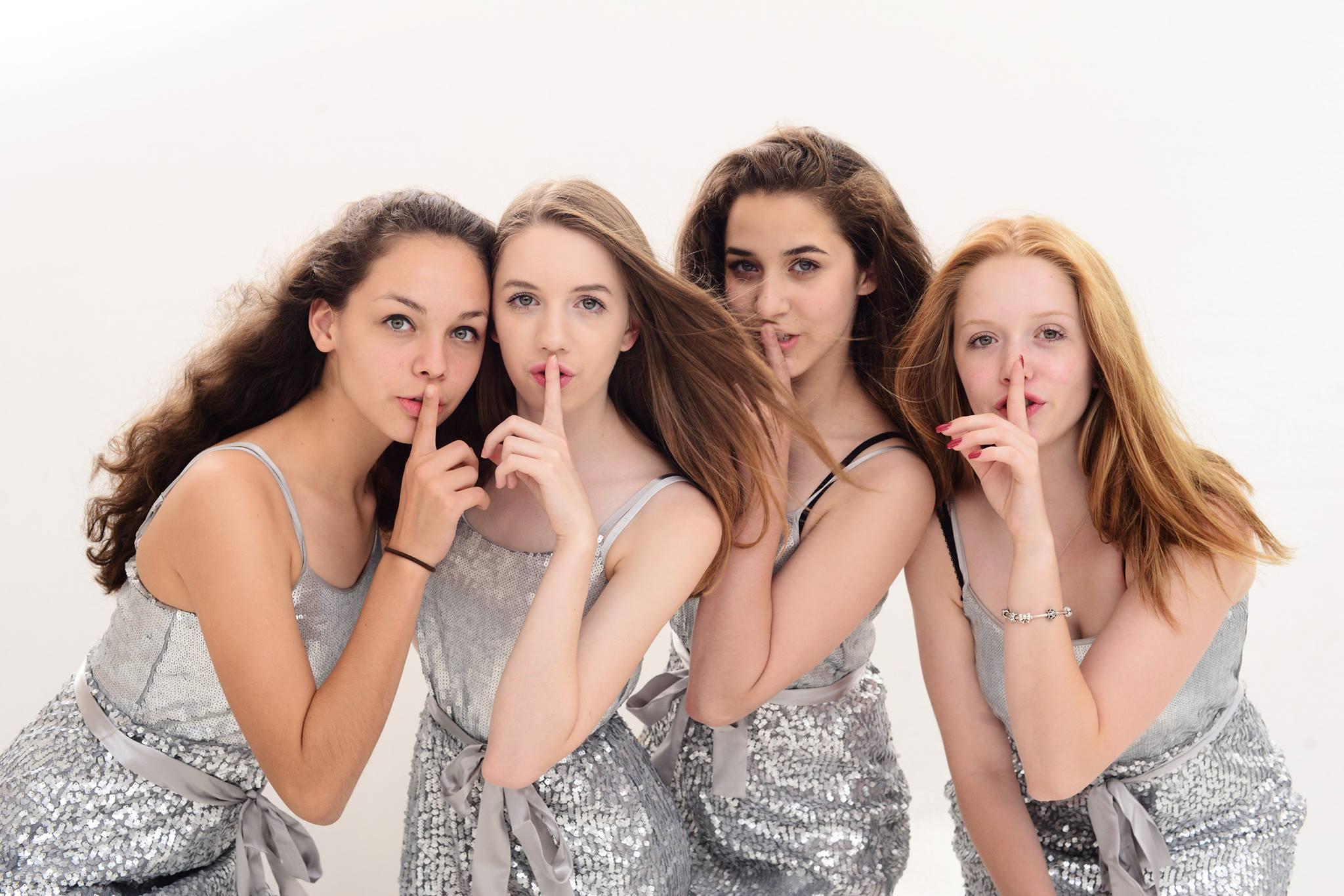 Mädchen Silberkleide Pst