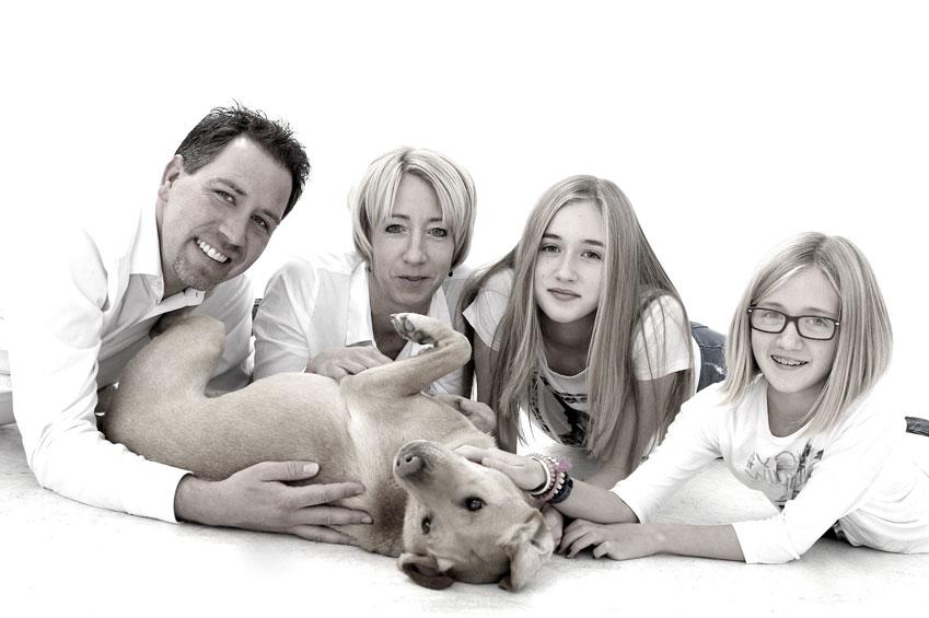 familie_liegend_schwarzweiß